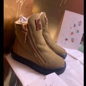⭐️giuseppe zanotti jr camel suede merino line boot
